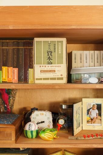 建て替え前の家にあった本を、インテリアとしてダイニングの棚に飾っている。
