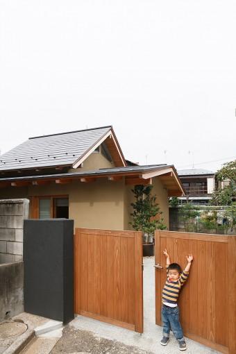 住まいと調和する木製の門扉。