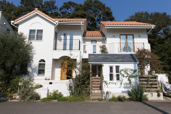 H型で、四方から光が室内へ入る一軒家。屋根にはフランス製の瓦をセレクト。