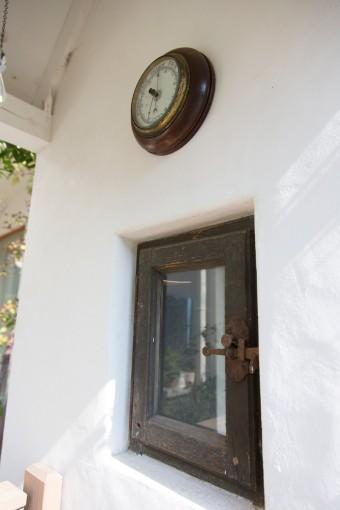 アンティークの窓に湿度計。細かいところにもこだわりが感じられる本格派。