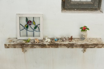 古材を使って棚に。ブラケットやステンドグラスは「ティアラ」で扱っている商品。