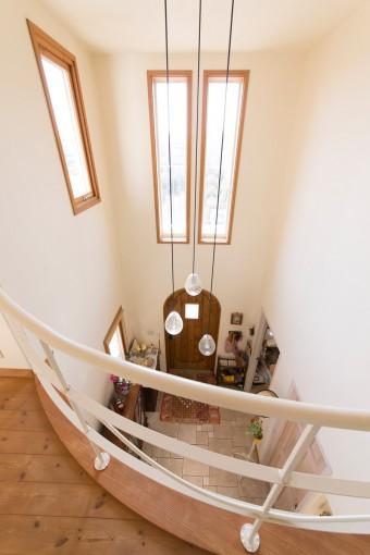 2階の廊下から玄関を眺める。吹き抜けの開放的な造りで、家の中はどこも明るい。