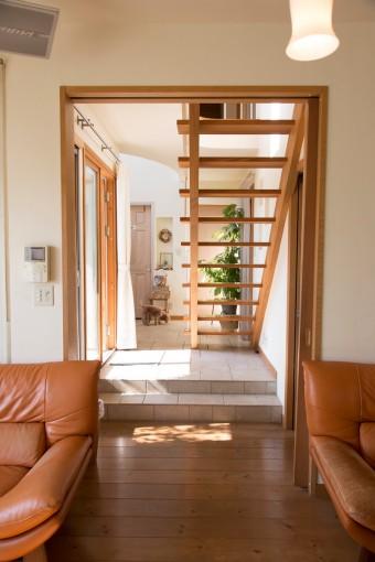 リビングの床はあえて2段下げ、天井高を確保。階段も視界を遮断せず、広がりを感じさせる。