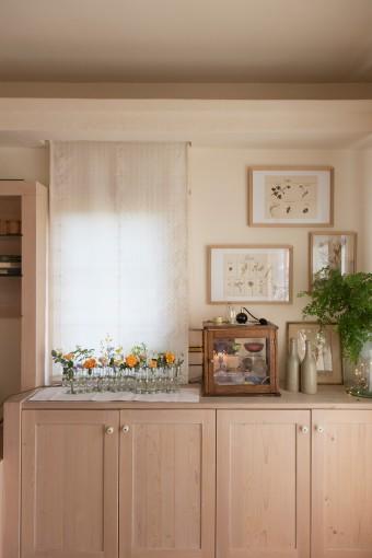 棚の上には、イギリスのアンティークの棚などを飾る。額縁には、金澤さん手作りのものもある。