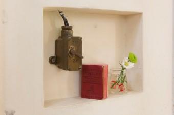 アトリエ脇のスイッチは、イギリスのパブで使われていたアンティーク。