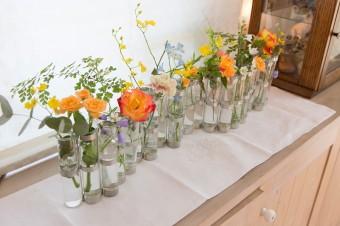 1輪差しが連なったフラワーベースに生花をアレンジ。