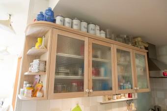 キッチンのシンク上の収納。ガラスを入れて作ってもらった。
