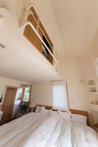 主寝室の上に夫の隠れ家が。狭い階段を登って辿り着く。