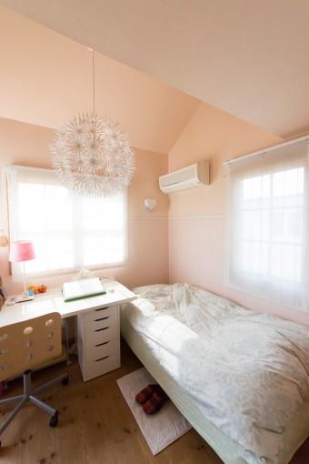 ピンクを基調にした子供部屋。ペンダントライトはIKEA。