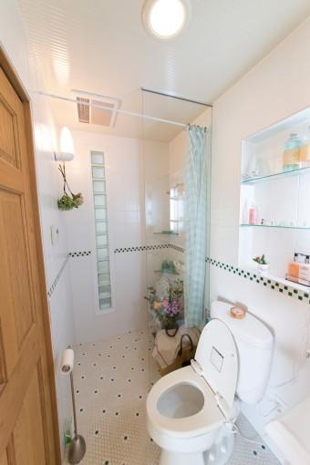1階の洗面所にはシャワーブースも。白いタイルが清潔。