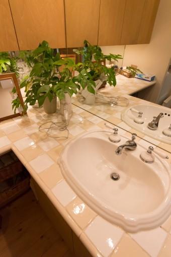 2階の洗面所もタイルにこだわった。