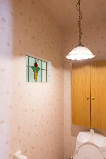 アンティークのランプとステンドグラスに合わせて、壁紙をチョイス。