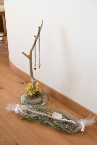 夫手作りのプレゼント。流木を使ったペンダントホルダー。下は指輪ホルダー。