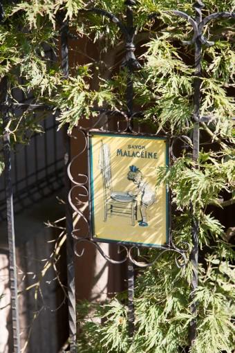 裏口の小さなドアも輸入もののアンティーク。錆び具合に風情がある。