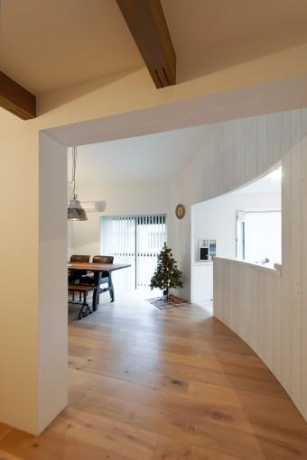 玄関から見る。右にキッチン、左にダイニング。