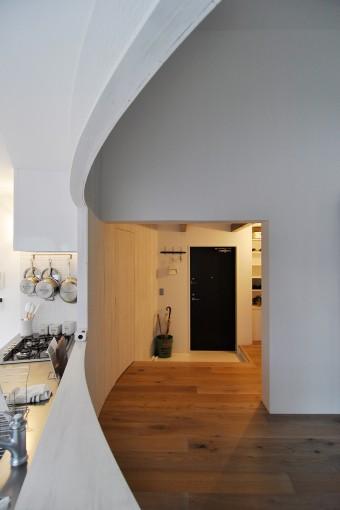玄関から始まりキッチンとダイニングを隔てる壁。カーブを描いているのがよく分かる。