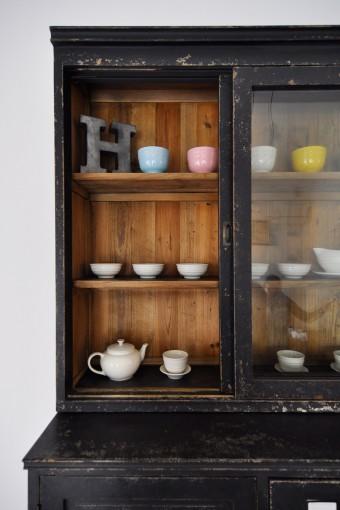 この収納棚は、古材を使った製品。エイジングにより使用感が出されている。