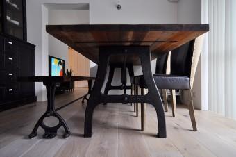 テーブルの脚には工業用ミシンで使われていたものが転用されている。