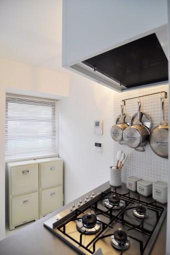 センスの良い調理用具がきれいに並べられたキッチン。
