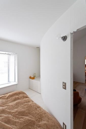 寝室。曲面壁の向こう側はリビング。