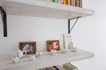 寝室の棚には家族の写真とともに『星の王子様』の本とティーカップのセット。
