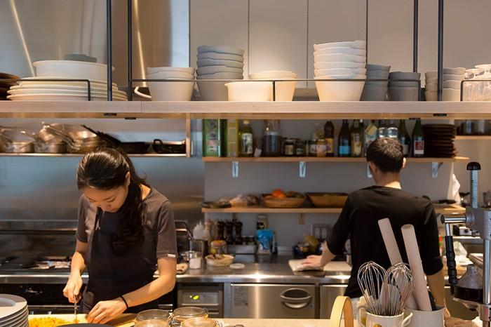 オープンキッチンなのでカウンターからは調理の姿もよく見える。大きなブレンダーでスムージーやジュースを作る様子は圧巻。