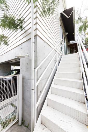 自宅へあがる階段。1階がデザイン事務所「スーパーミー」。