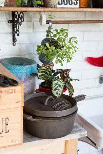 アウトドア用のダッチオーブンもディスプレイの一部に。シェルフはIKEA。