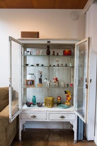 山口さんが上京時に購入した昭和初期の戸棚。中には1点ずつ買い集めた北欧のミニチュア陶器や、かつての愛犬の骨壷が。