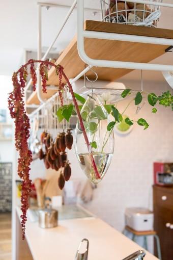 キッチンには吊り棚を取りつけて、収納力をアップ。
