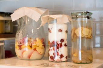 脇さん特製のりんごの酵素シロップ、梅の酵素シロップ、生姜のお酒。家族の健康にも役立っている。