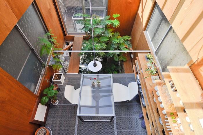 ロフトから2階を見下ろす。築33年、約3.3m×10mの家付きの土地を購入しリノベーションした。