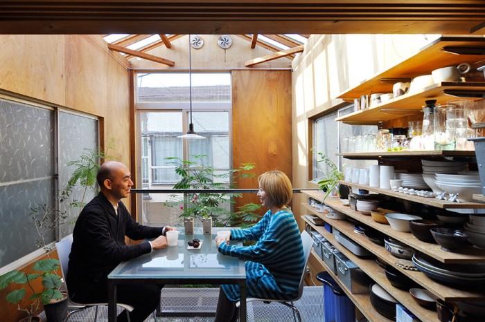 キッチン前から通り側を見る。幅は狭いが空が見える開放感溢れる空間で話も弾む。