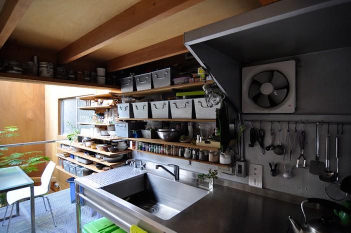 2階のキッチンスペース。隣のスペースとの連続感もよく考えられたデザイン。