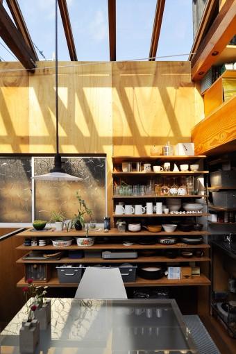 スペースに合わせてうまく棚を設置するのも建築家ならお手のものだ。