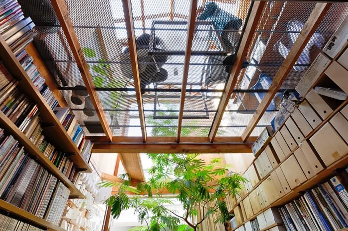 1階の事務所スペースから2階を見上げる。左の棚には清家清設計の「宮城教授の家」の解体時にもらい受けた棚板を使用。