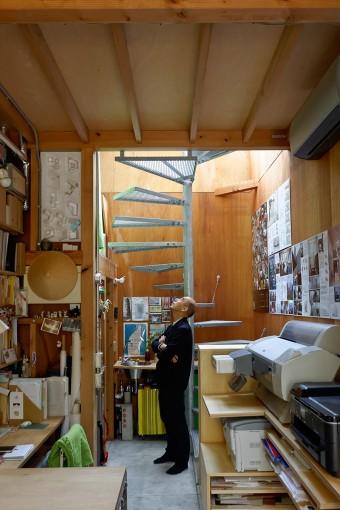 奥の階段室で見上げる柴田さん。