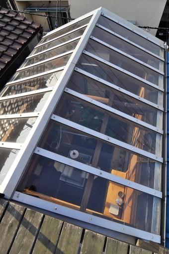 屋上から通り側のトップライト部分を見下ろすと温室のよう。屋上ではランチをしたり、寝転がって本を読んだりも。