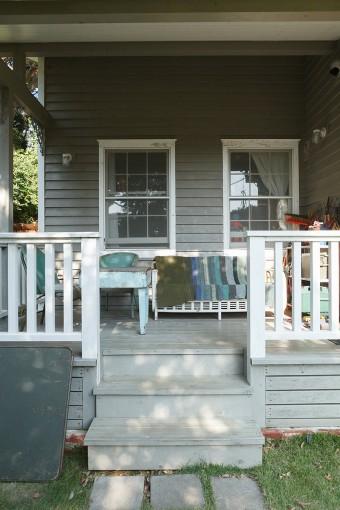 リビングから出入りできるラナイ(屋根つきの広いバルコニー)は、アウトドアリビングとしてひとつの部屋のように活用している。「夏にここのソファで過ごすのは最高です」。
