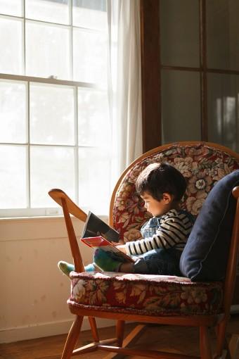 ロッキングチェアで絵本を読む息子の修司くん。家族みんなのお気に入りの場所。