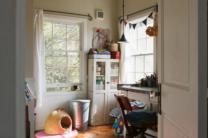 フリーランスの編集者である雅子さんの仕事&趣味の部屋。趣味の手芸作品が壁に飾られている。
