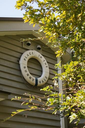 外壁に飾られた浮き輪には、この家を表すPLACE IN THE SUNNY VALEの言葉が。
