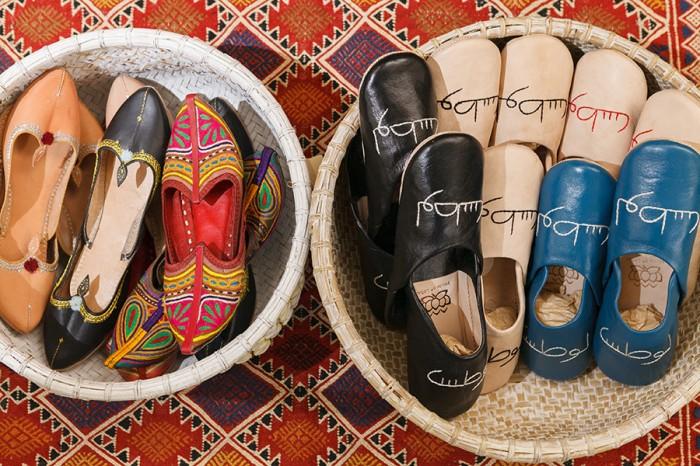 左からインドスリッパ(ナチュラル・ブラック) 各¥6,150 インドスリッパ(ブラック刺繍・レッド刺繍) 各¥3,990 オリジナルバブーシュ(ブラック・ナチュラル・ブルー) 各¥3,990