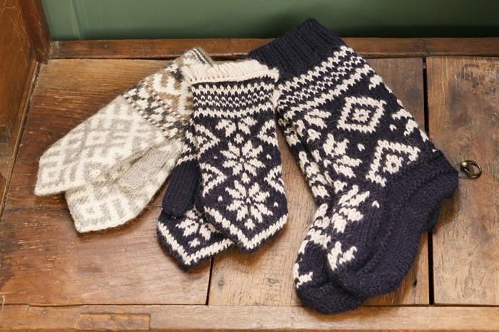 手袋(グレー・ネイビー)各 ¥9,660 靴下(ネイビー) ¥10,500