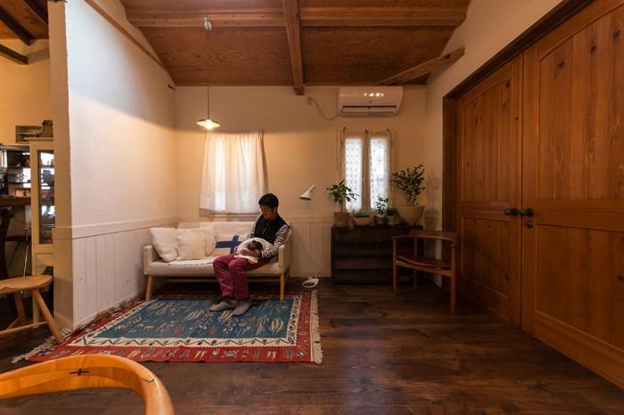 右側の大きな木製のドアを閉めると、部屋の中は陰影が美しい、北欧の窓の小さな石造りの家のような雰囲気になる。