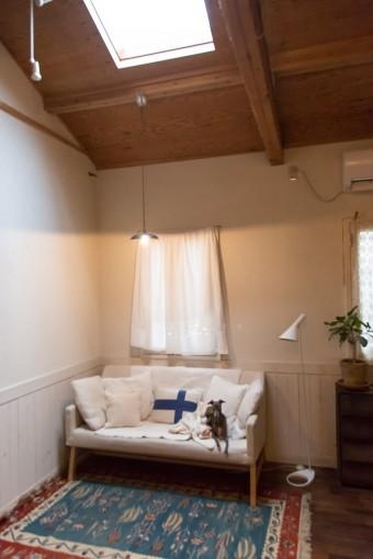 天窓からの光が、時間とともに部屋の明るさを変えていく。陰影の強弱があることで、この家をより魅力的に見せてくれる。