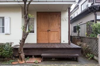 以前は庭として使われていた場所に大きなデッキを設置。米松の重厚なドアは、川岸家のための特注品だ。