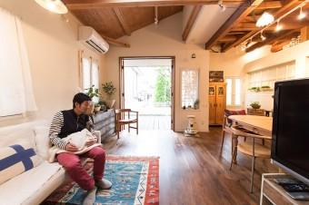 ドアを開け放つと、部屋の中に明るい光が差し込む。その両方を楽しめるドアは、川岸宅のチャームポイントになっている。
