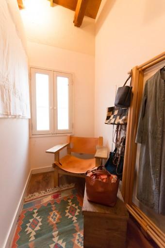 細長いスペースの奥は床の間だった場所で、少し広くなっている。緑さんの作業スペースとして使われている。