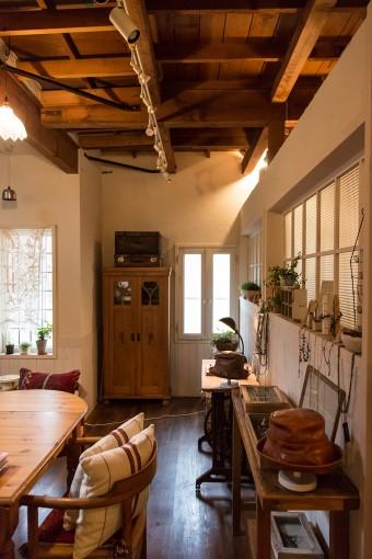 パーティションに面したテーブルで、緑さんは革小物やパッチワーク、アンティークビーズを使った作品を制作している。